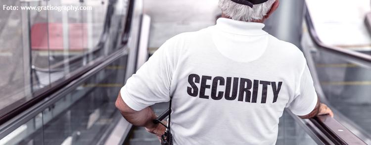 Man mit der Aufschrift Security auf dem T-Shirt
